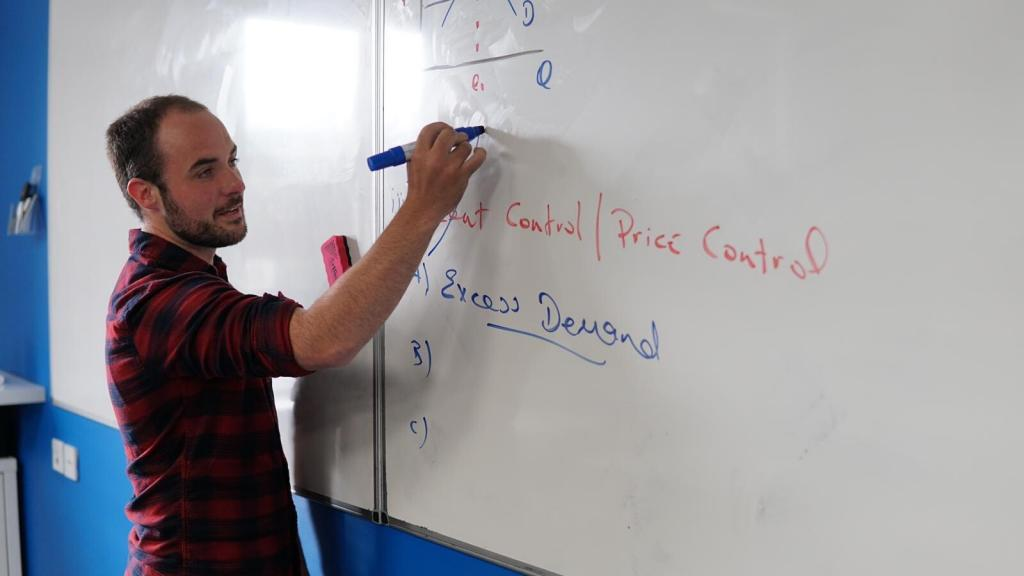 Rob Quinlan teaches Online Grinds at The Dublin Academy of Education in Irish and Economics